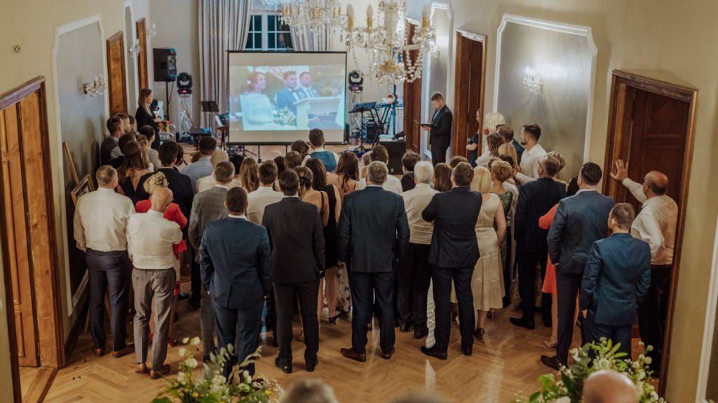 film ślubny, teledysk ślubny, Ślub plenerowy, Pałac Konary, Same Day Edit, niespodzianka dla gości na weselu